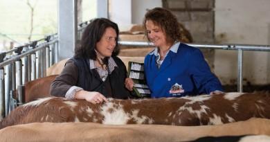 Birgit Gnadl (rechts) und Angela Lamminger-Reith beschäftigen sich intensiv mit dem Thema. Foto: Molkerei Berchtesgadener Land